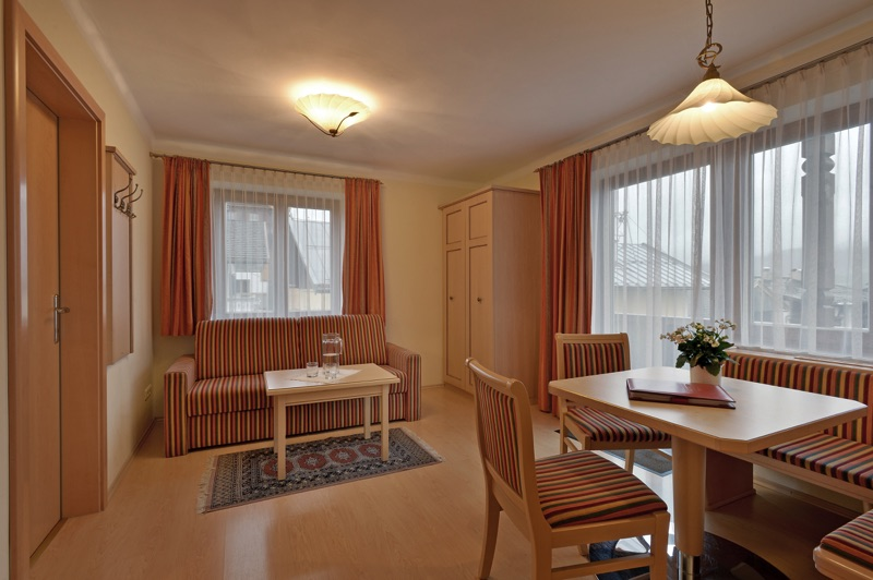 tl_files/Bilder/Bilder-Appartement/Appartement-15-Dorfzentrum-Wohnzimmer-Schlafcouch.jpg